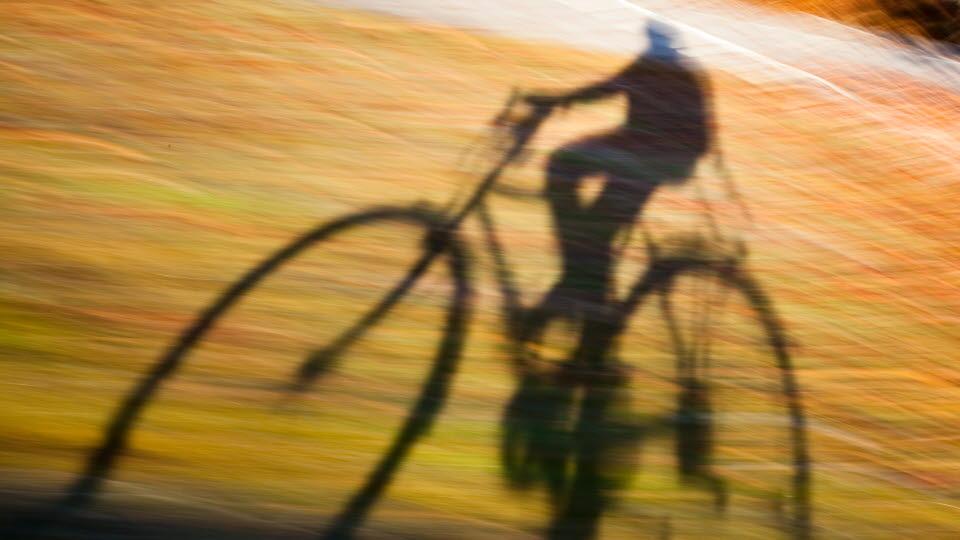 skuggan av en cyklist.