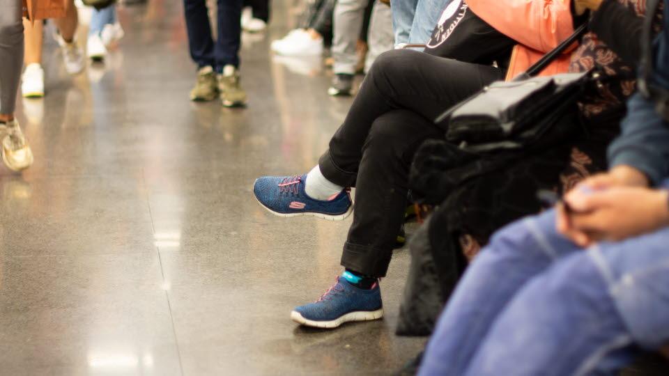Människor i en vänthall på en terminal.