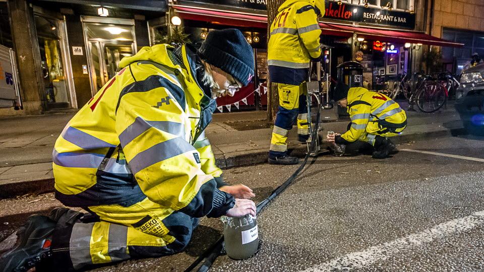 Provtagning av vägdamm i gatumiljö med VTI:s Wet dust sampler.