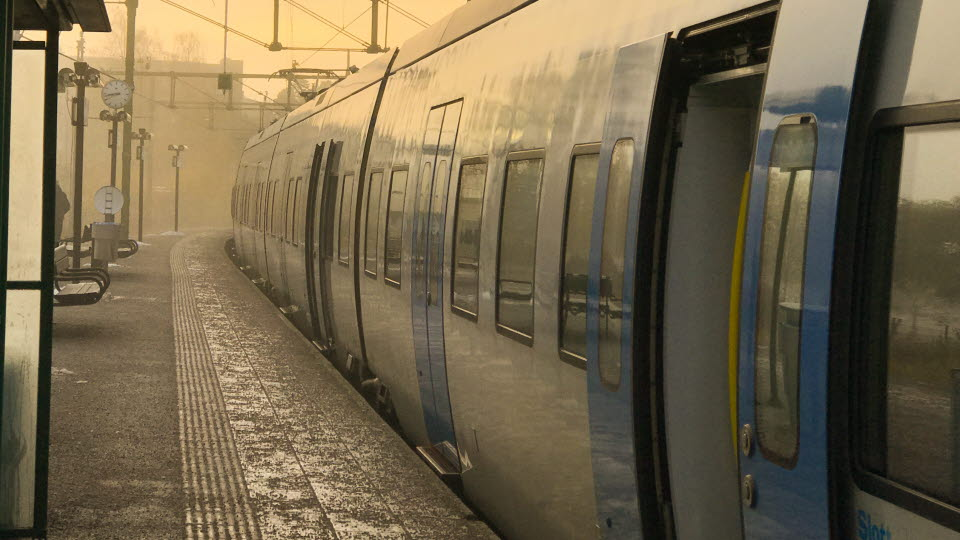 Tåg på dimmig perrong.