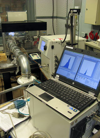 Mätutrustning och laptop med grafer