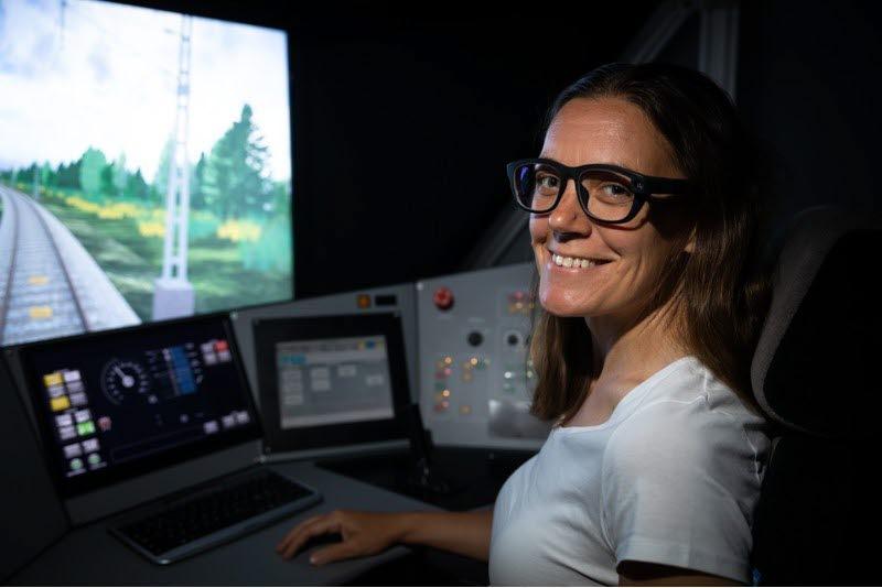 Kvinna i VTI:s tågsimulator.