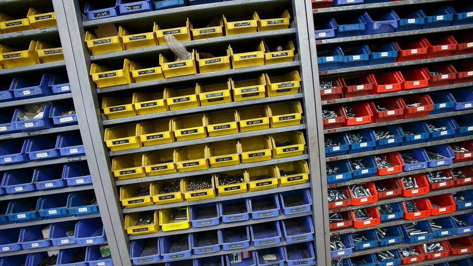 Skruvar i lådor i en verkstad.