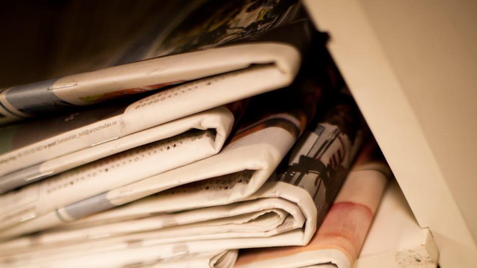 Tidningar i en hög