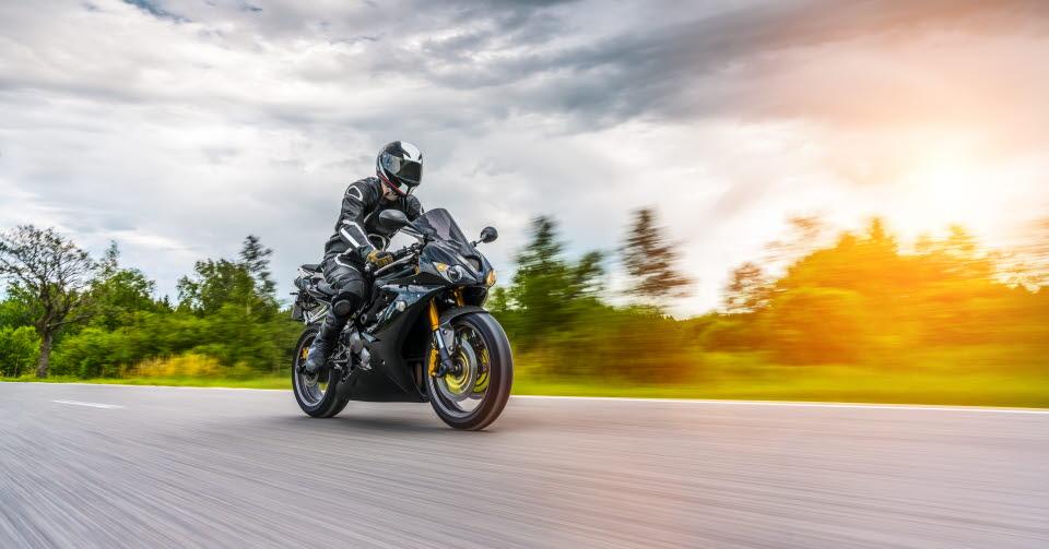Motorcyklist kör på väg