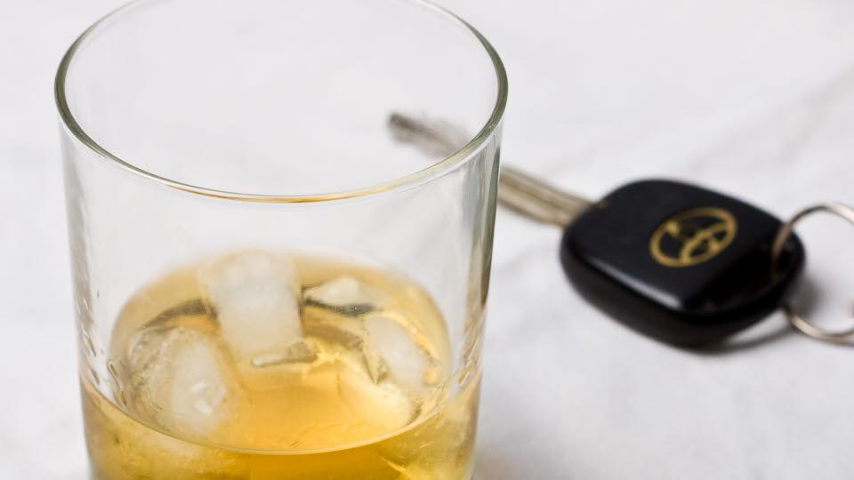 Glas med dryck och bilnyckel bredvid.