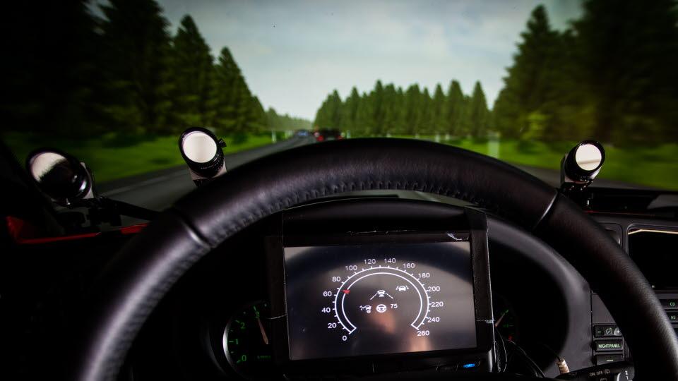 Ratt framför en simulerad vägmiljö